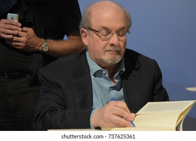 Frankfurt, Germany. 12th Oct, 2017. Salman Rushdie (* 1947), British Indian novelist, signing copies of his book 'The Golden House', Frankfurt Bookfair / Buchmesse Frankfurt 2017