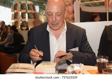 Frankfurt, Germany. 13th Oct, 2017. Veit Etzold (* 1973), german writer - 'Final Cut' - signing books at Frankfurt Bookfair / Buchmesse Frankfurt 2017