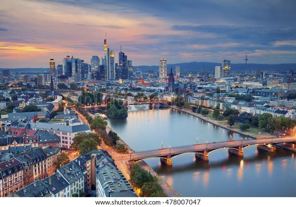Frankfurt am Main. Bild der Skyline von Frankfurt am Main während der Dämmerung blauer Stunde.