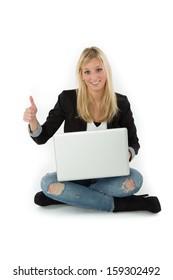 Frau sitzt mit Laptop macht Daumen hoch