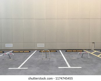 Free parking spaces along the wall.