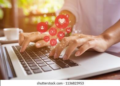 Mujer independiente que usa ordenador portátil para promocionar o jugar a los medios sociales y sitios web, concepto de tecnología de redes sociales.