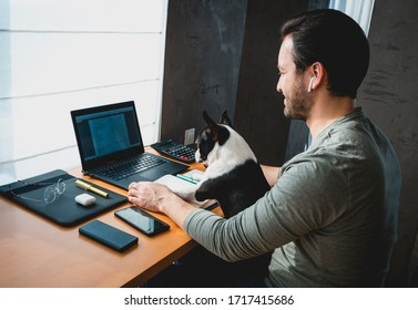 Freelancer Mann arbeitet von zu Hause mit seinem Hund sitzt zusammen im Büro.Seitenansicht Mann mit Laptop zu Hause mit süßem Hund
