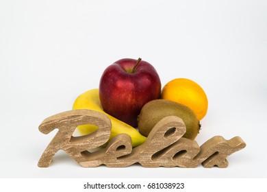 """Freigestellte Früchte. Banane, Kiwi, Apfel, Orange. Vordergrund mit """"Relax"""" Schriftzug"""