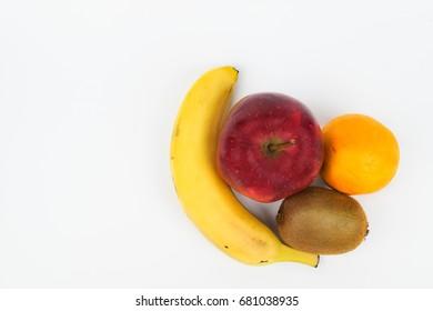 Freigestellte Früchte von oben Fotografiert. Banane, Kiwi, Apfel, Orange