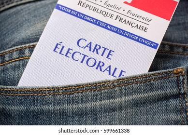 Carte électorale française dans la poche arrière d'un jean, concept d'élection présidentielle 2017