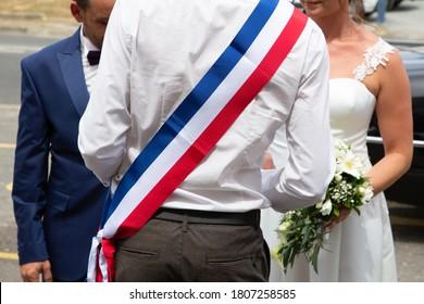 maire français de la ville lors d'une célébration officielle de mariage avec marié et marié