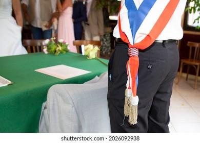 Maire français avec un drapeau à foulard à l'hôtel de ville pendant la fête officielle en France