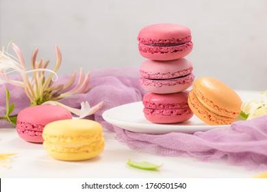 Un dulce dulce french, con una variedad de macarons cerca. Los macarrones son de color sobre fondo de madera.