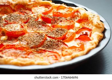 Französische Tomate und Senfart, gebacken in Pfefferkuchen und gewürzt mit Kräuter de Provence. Eine leckere Alternative zu Pizza.
