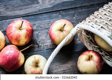 fresh apples / fresh apples with basket