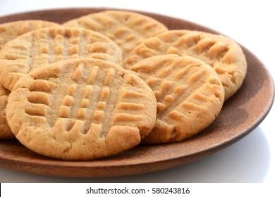 Frischgebackene Erdnussbutter-Kekse auf Holzteller mit geringer Außentiefe auf natürlichem Licht auf Holzteller