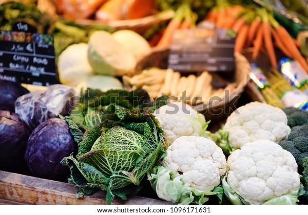 Frisches Bio-Gemüse auf dem Bauernmarkt in Straßburg, Frankreich. Typischer europäischer lokaler Bauernmarkt