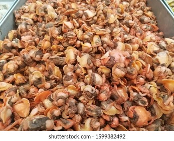 Fresh boiled cockle meat on a tray.