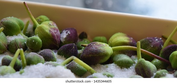 Fresh caper buttons in the salt in order to suppress bitterness
