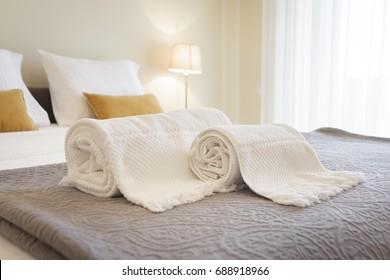 Frische und saubere Handtücher in einem hellen Raum