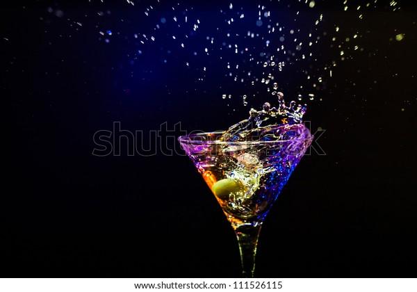 свежий коктейль на черном фоне