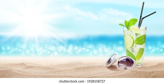 Frische, kalte Cocktails am tropischen Strand mit Palmen und hellem Sand. Sommerurlaub- und Reisekonzept mit Kopienraum