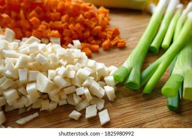 frisches, fein geschnittenes Gemüse auf Holzbrett