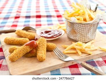 Patatas fritas frescas , Huellas de Mozzarella y Ketchup
