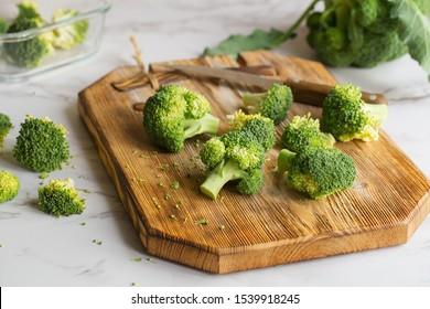 Frische grüne Brokkoli auf einem Holzschneidebrett.Makro Foto grün frisches Gemüse Broccoli. Grüne Gemüse für Ernährung und gesundes Essen. Bio-Lebensmittelzubereitung. Naturküche
