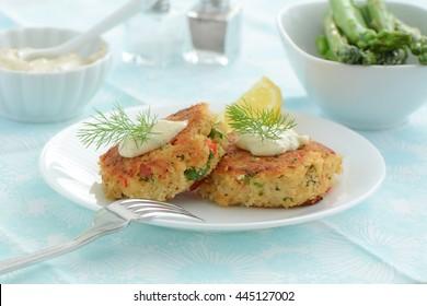 Frische hausgemachte Krabbenkuchen mit cremiger Zitronensauce