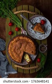 frischer hausgemachter Kuchen mit grünen Zwiebeln und Eiern