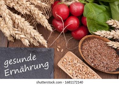 """ingrédients frais et tableau noir avec texte allemand: """"Alimentation saine"""""""