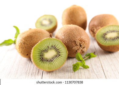 fresh kiwi and leaf