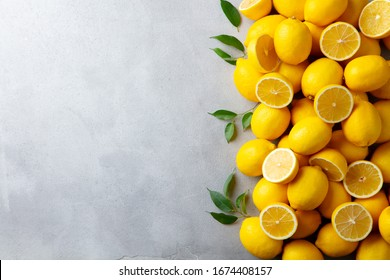Frische Zitronen auf grauem Hintergrund. Kopiert Platz. Draufsicht.