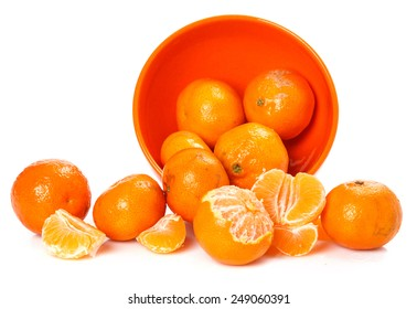 Fresh mandarins in bowl on white background