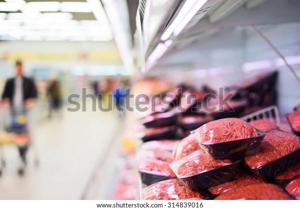 Frischfleisch, verpackt auf dem Regal des Supermarkts