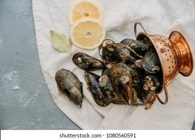 Fresh Mussels on linen napkin with lemon