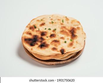 Frisch anisches Brot auf Teller einzeln auf weißem Hintergrund. Stapel von mehreren perfekten naan floatbreads auf weiß.