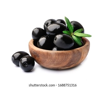 Frische Olivenfrüchte auf Holzteller einzeln auf, einzeln auf weißem Hintergrund.