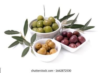 Olives fraîches sur fond blanc