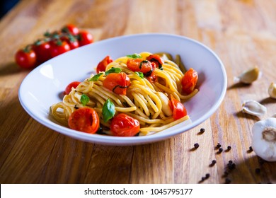 Fresh pasta with garlic Cherry Tomatoes and basil. Deliciosu  Pasta Plate. Raw vegan pasta. Spaghetti. Italian food. Italy. Roma. Fine dining. Healthy food. Fresca Pasta. Vegetarian