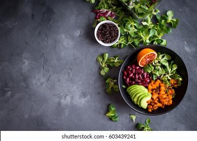 Salade de légumes organiques du quinoa frais dans un bol sur fond grunge béton. Concept de superalimentation du quinoa. Nettoyez la diététique. Cuisine végétarienne/végétarienne. Faire une salade saine. Espace pour le texte. Vue supérieure