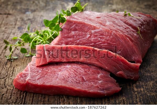 frisches Rohfleisch auf altem Holztisch