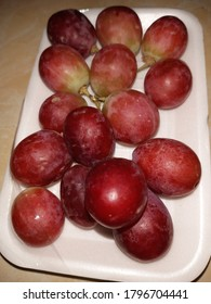 Fresh red grapes are very sweet and juicy and have good nutrition for the body. can be eaten immediately, made juice or as a dessert