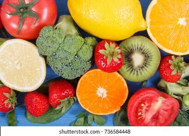 Frisches reife Obst und Gemüse als Mineralstoffquellen, die Vitamin C enthalten, Nahrungsfasern und Mineralstoffe, gesunde Ernährung und Stärkung des Immunitätskonzepts