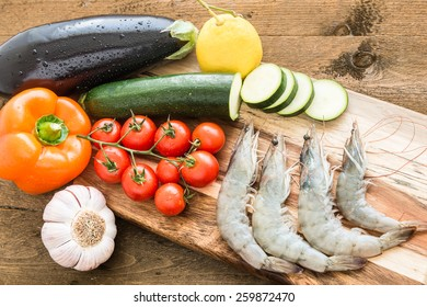 Fresh shrimps with fresh vegetables for cooking.