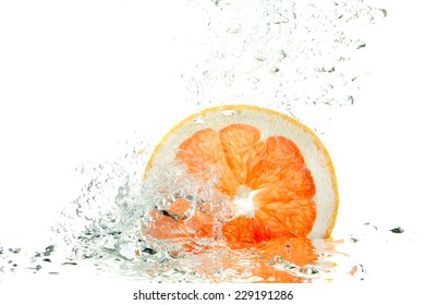 fresh slice of grapefruit in water splash