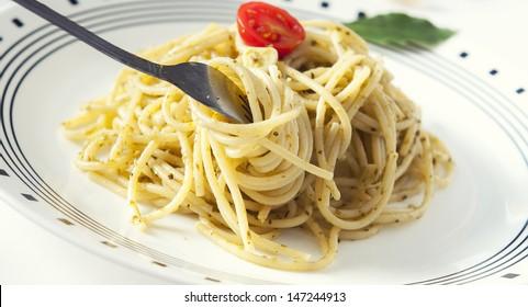 Fresh  spaghetti with basil pesto and garlic