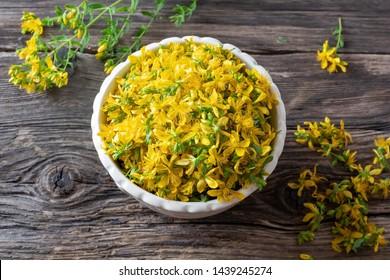 Frische Johanniskraut-Blumen in einer Schüssel, Draufsicht