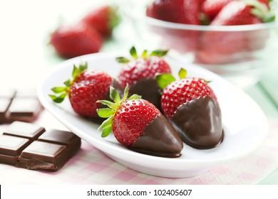 frische Erdbeeren in dunkler Schokolade getaucht