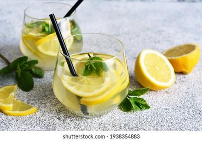 Boisson fraîche d'été. Citron vert avec menthe sur fond béton.