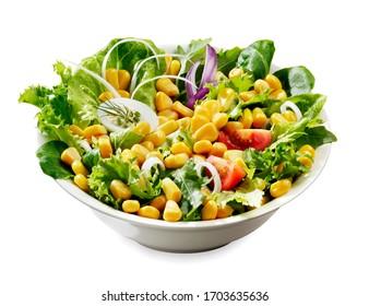 salade fraîche d'été avec grains de maïs, isolée