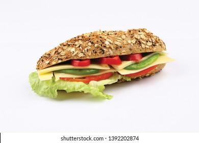 Frische und leckere Sandwiches mit Tomate, Käse, Gurke, Salat in Baguettebrot