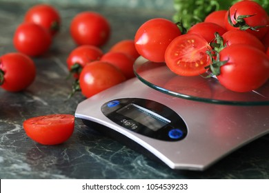 FrischTomaten auf Küchenwaagen, gewogen und gemessen